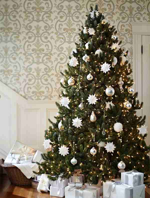 spruce with snowflakes christmas tree decorating ideas. Black Bedroom Furniture Sets. Home Design Ideas