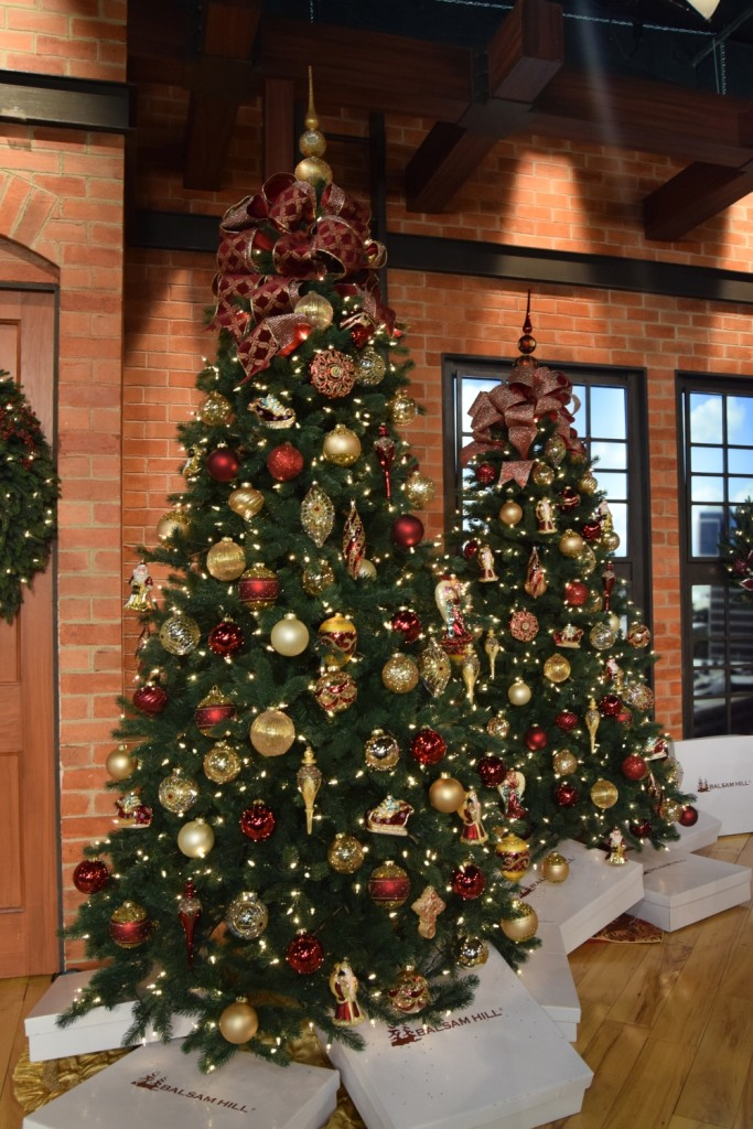 Timeless Red, Green, and Gold - Christmas Tree Decorating Ideas