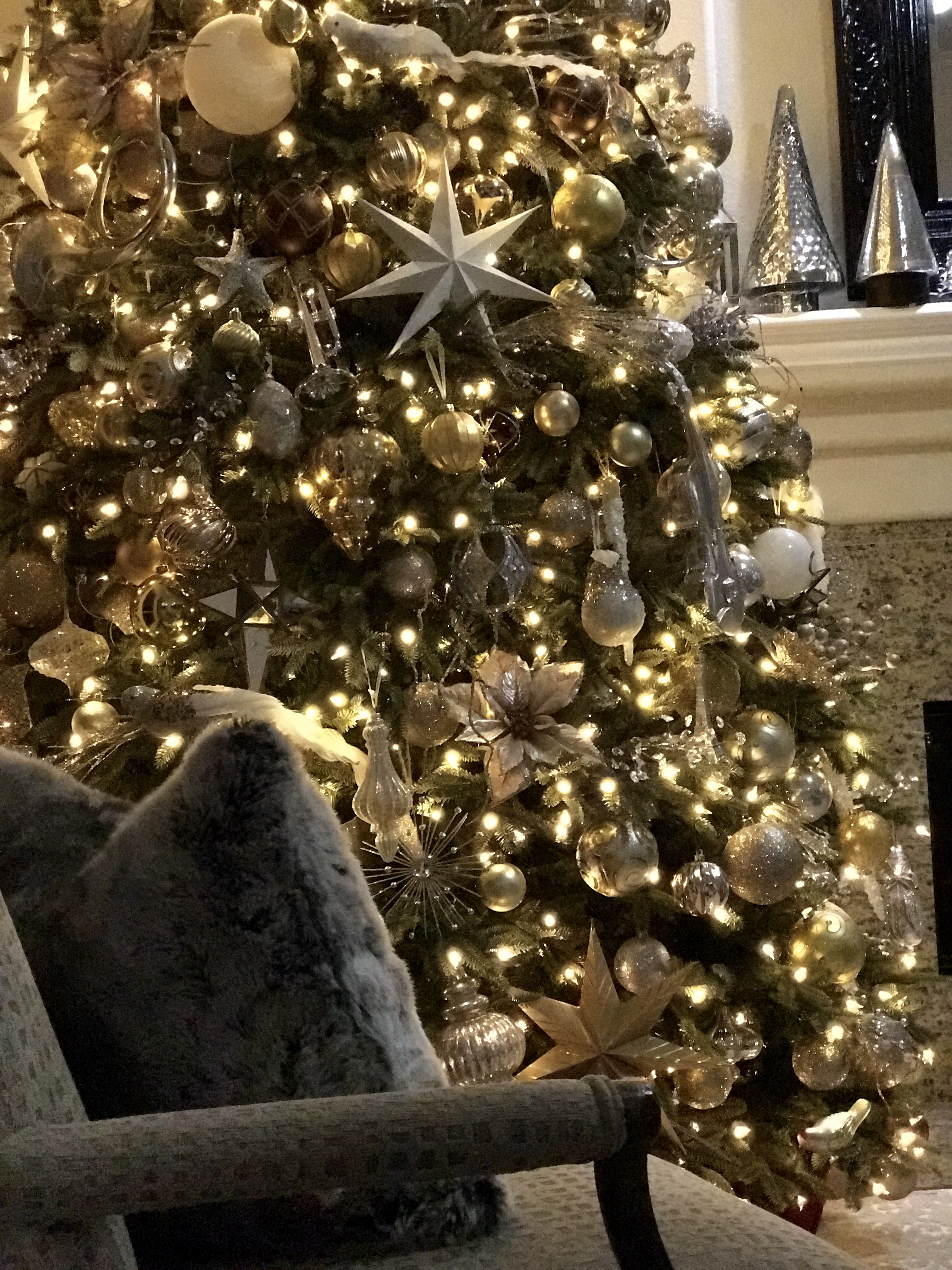 Elegant In Silver And Gold Christmas Tree Decorating Ideas