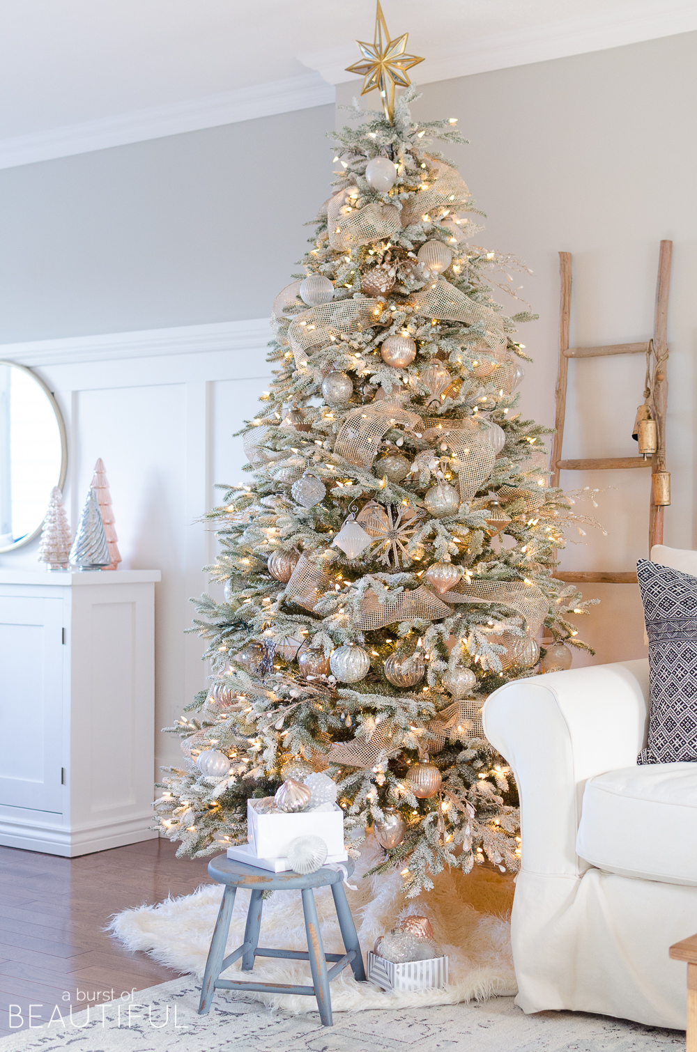 a snowy flocked christmas tree christmas tree decorating ideas. Black Bedroom Furniture Sets. Home Design Ideas